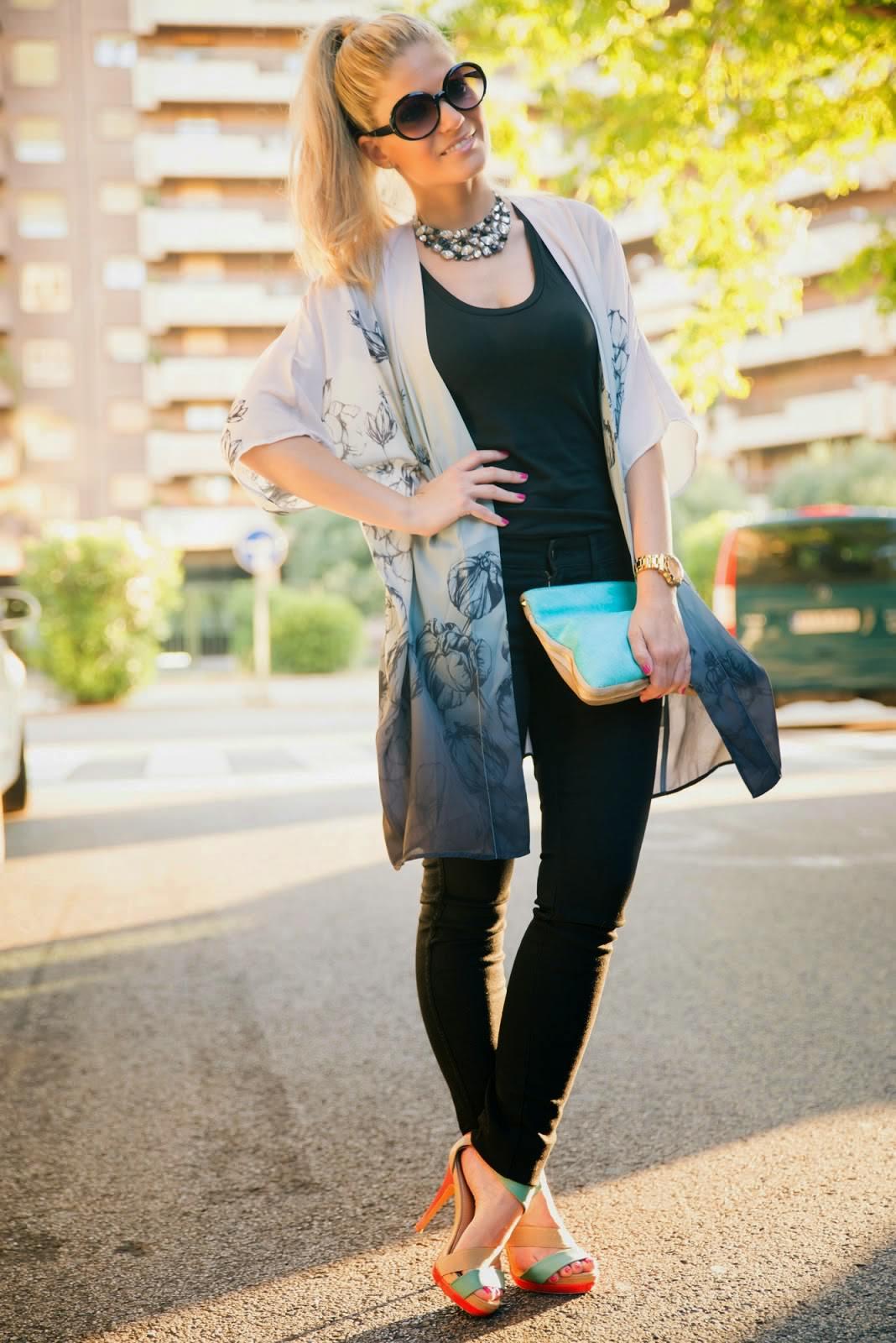 Jeans elásticos, bolso turquesa de El Potro y unas maxi gafas de sol redondas