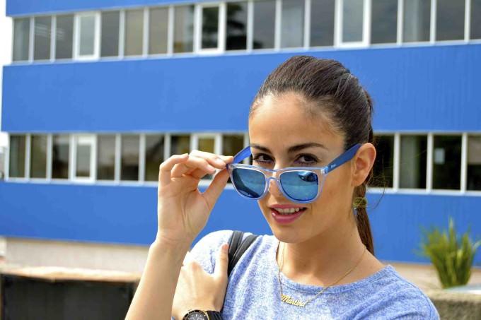 La bloguera, con unos cristales de espejo azules y una montura translucida.