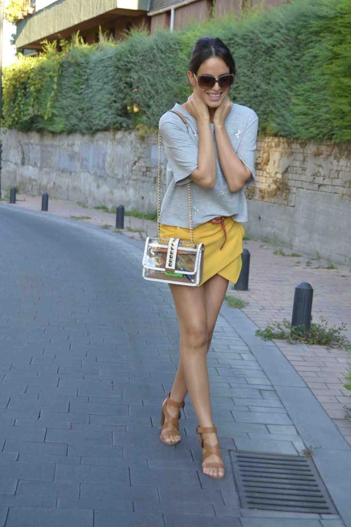 Martina, del blog Amimera, con unas monturas grandes marrones y un delicado look
