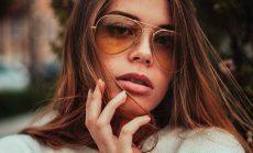 Gafas de sol de lentes amarillas chica