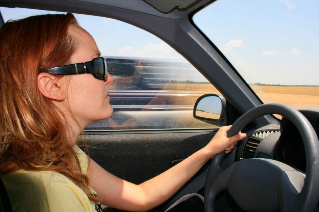 f130864617 Sin embargo, según datos del Colegio Nacional de Ópticos-Optometristas, el  12% de los conductores nunca se pone gafas de sol, el 33% reconoce que solo  lo ...