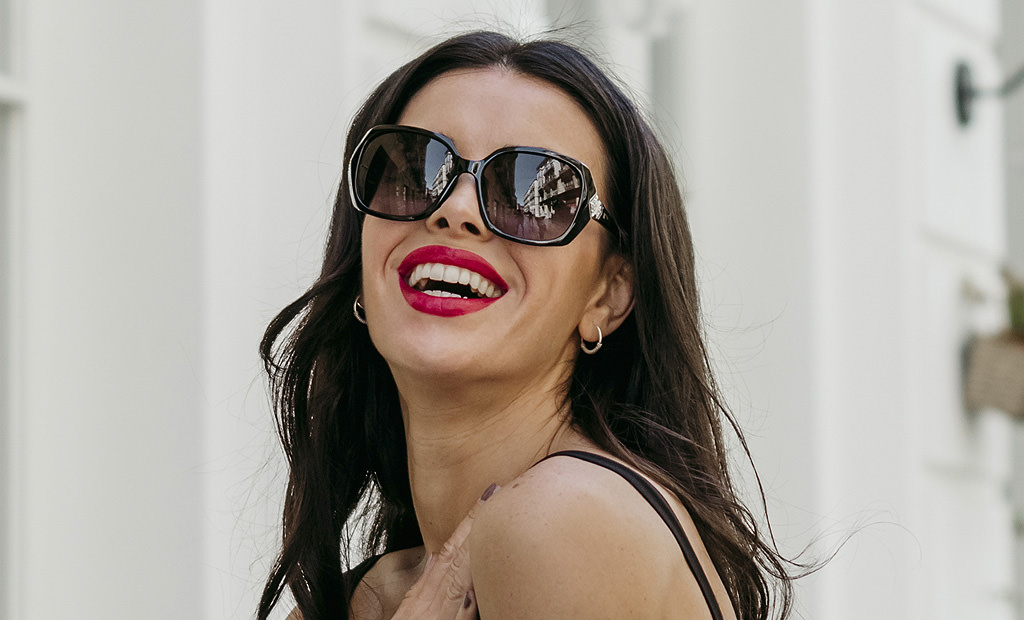 32dfc698e99c Outfits con gafas de sol: los mejores conjuntos de gafas de sol y ropa